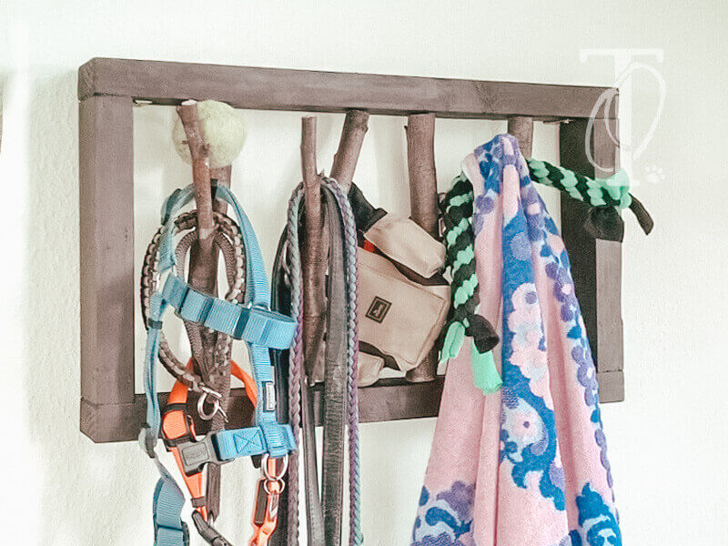 Der Rahmen der Garderobe für deinen Hund besteht aus einer Dachlatte