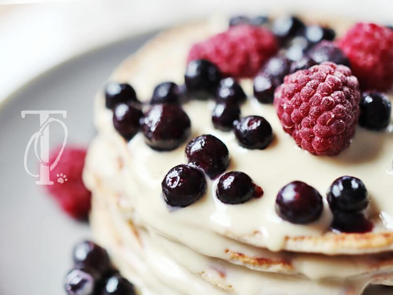 Beeren und Nussmus als Topping für den Pancake