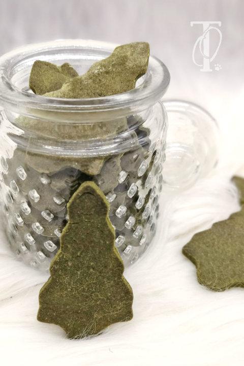 DIY: Weihnachtliche Tannenbaum-Kekse für deinen Hund backen