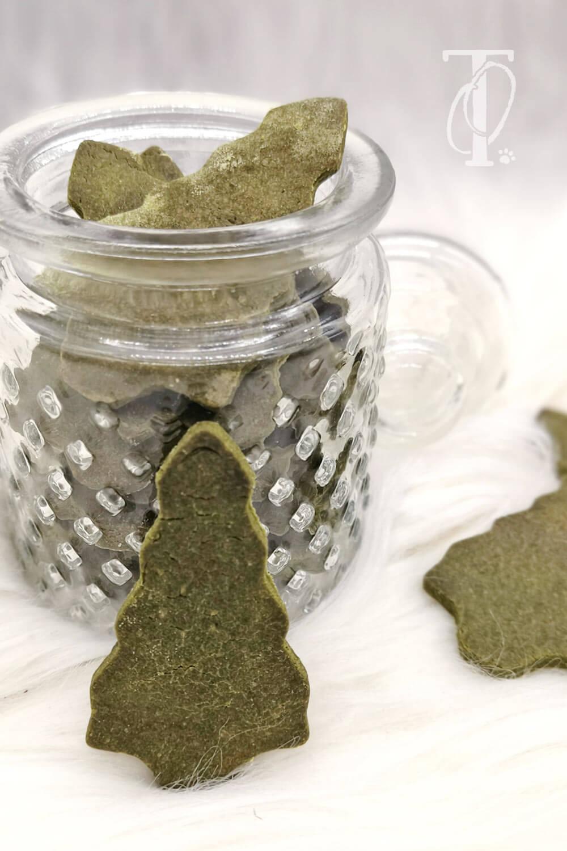 Weihnachtliche Tannenbaum-Kekse backen für deinen Hund