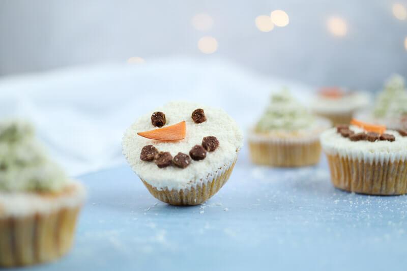 Schneemann-Muffins und Weihnachtsbaum-Muffins backen
