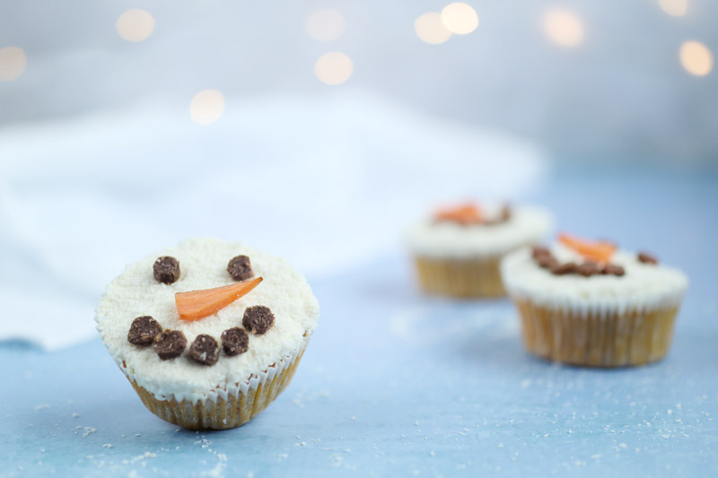 Schneemann-Muffins verzieren