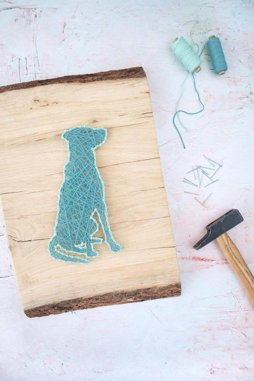 Mit Hammer, Nägeln und Garn ein Fadenbild vom Hund auf Holz basteln