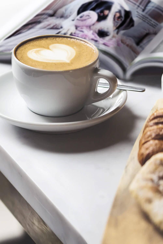 Kaffee und Zeitschrift für Hundehalter